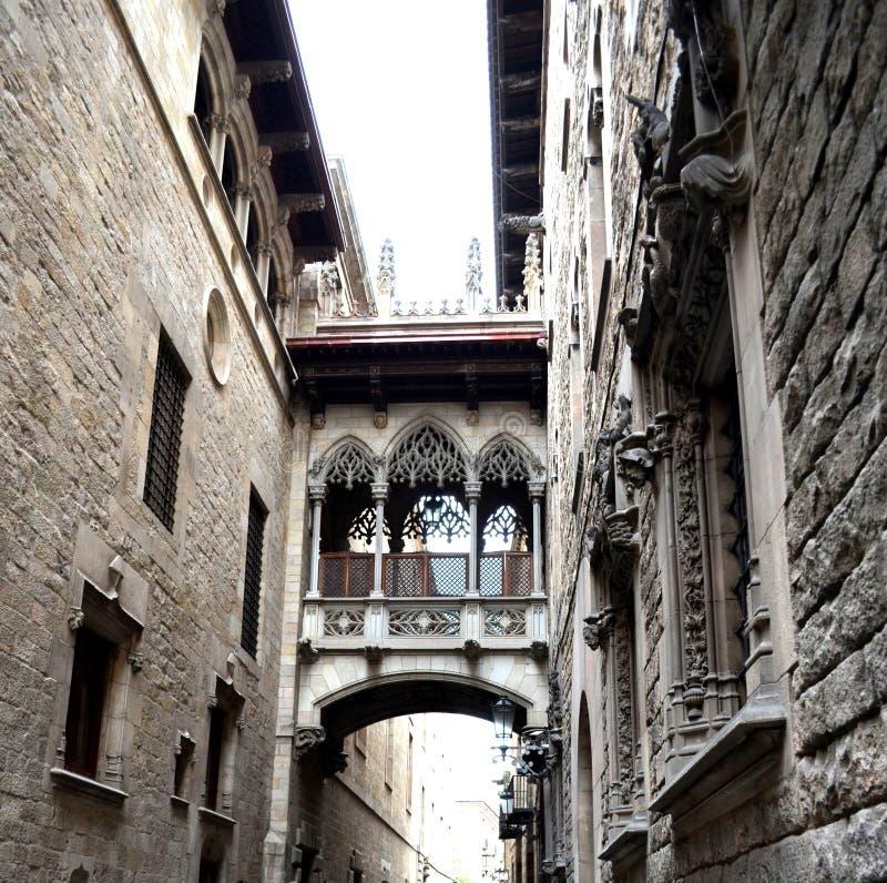 Puente en Carrer del Bisbe en Barri Gotic Barcelona imágenes de archivo libres de regalías
