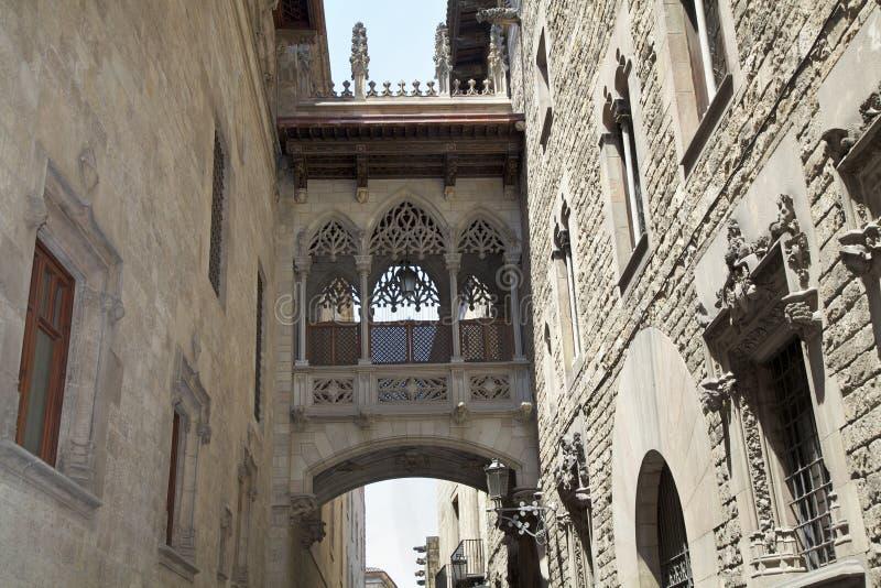 Puente en Carrer del Bisbe en Barri Gotic, Barcelona imágenes de archivo libres de regalías