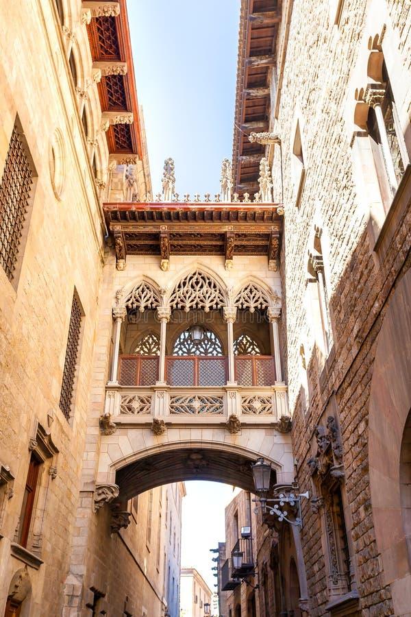 Puente en Carrer del Bisbe en Barri Gotic, Barcelona fotos de archivo
