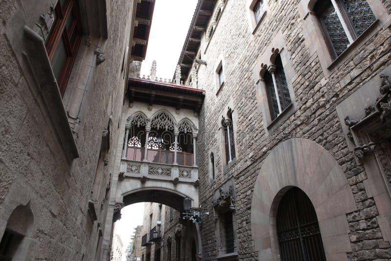 Puente en Carrer del Bisbe en Barri Gotic, Barcelona imagen de archivo libre de regalías