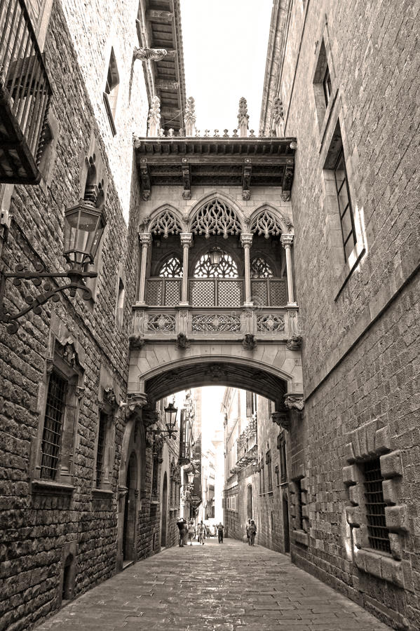 Puente en Carrer del Bisbe en Barri Gotic (obispo Street), Barcelona foto de archivo