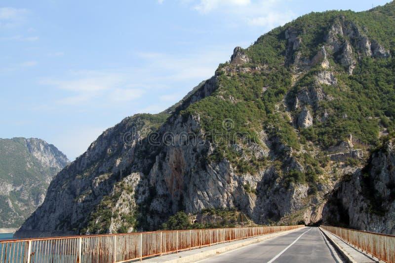 Puente en el camino fotografía de archivo
