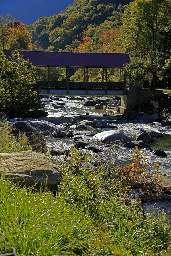 Puente en el camino NC de la roca de la chimenea fotos de archivo