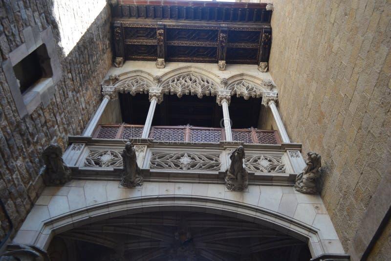 Puente en el cuarto gótico de Barcelona. foto de archivo libre de regalías