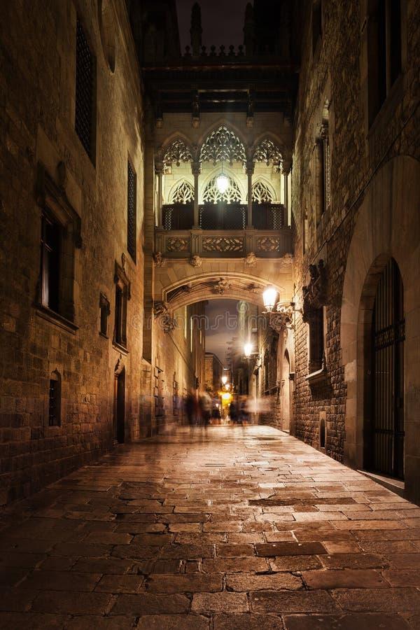 Puente en el cuarto gótico de Barcelona en la noche imagen de archivo libre de regalías