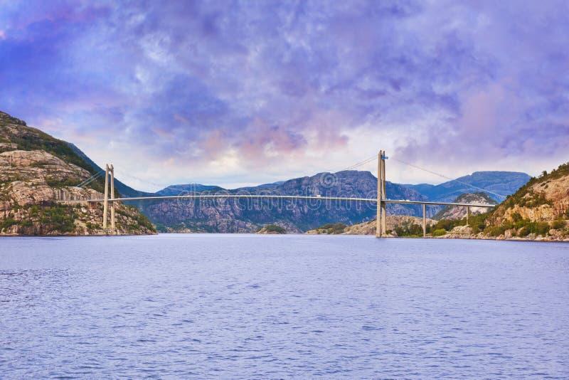 Puente en el fiordo Lysefjord - Noruega fotos de archivo