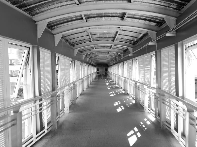 Puente en el hospital, en blanco y negro fotografía de archivo libre de regalías