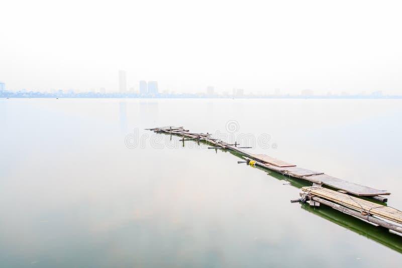 Puente en el lago del oeste en la niebla, Hanoi, Vietnam fotografía de archivo