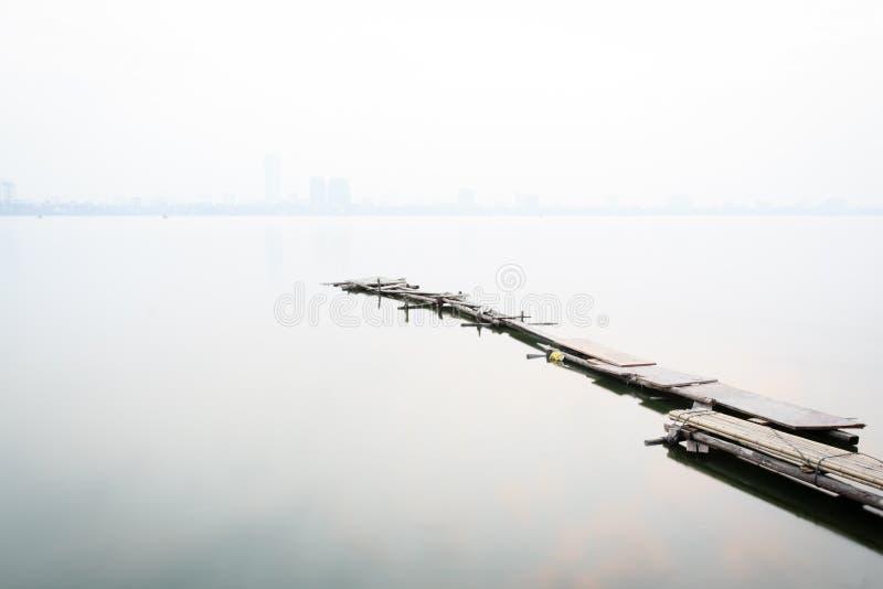 Puente en el lago del oeste en la niebla, Hanoi, Vietnam imagenes de archivo