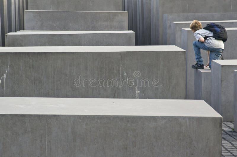 Puente en el monumento Berlín del holocausto imagenes de archivo