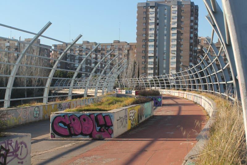 Puente en la carretera con la pintada fotografía de archivo