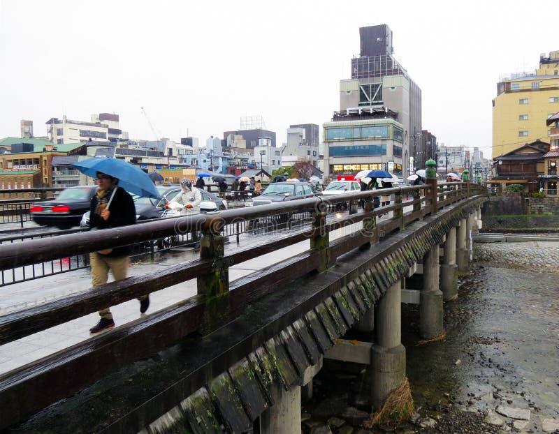 Puente en la lluvia, Kyoto, Japón de Sanjo imagen de archivo libre de regalías