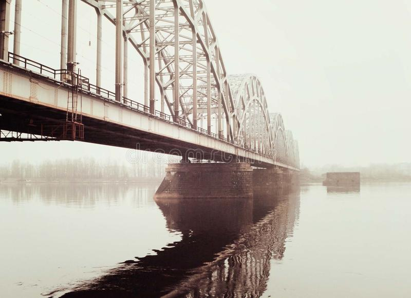 Puente en la niebla imagen de archivo libre de regalías