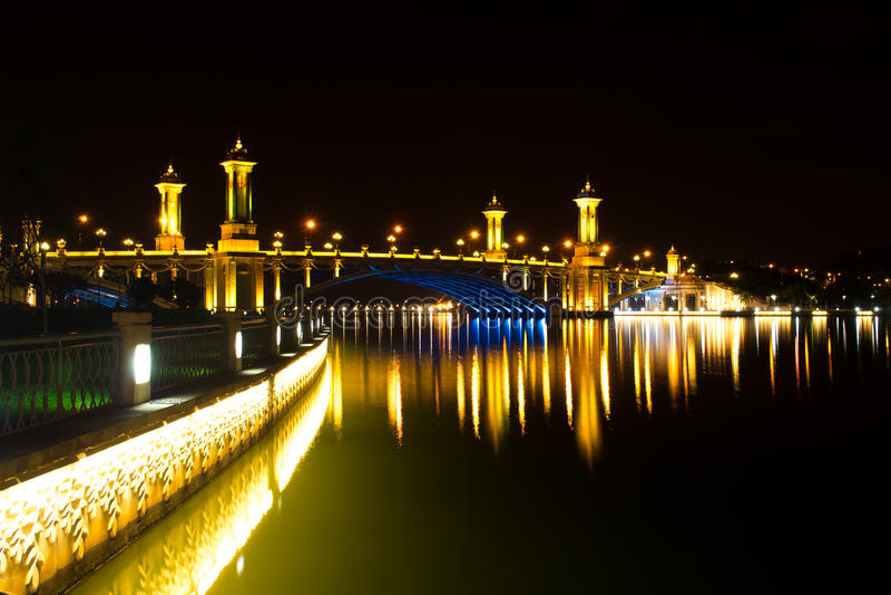 Puente en la noche foto de archivo libre de regalías