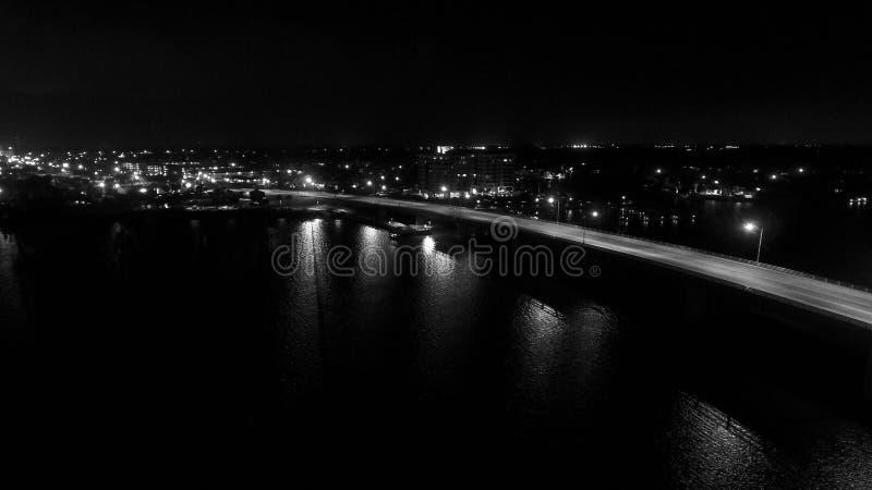 Puente en la noche imagen de archivo