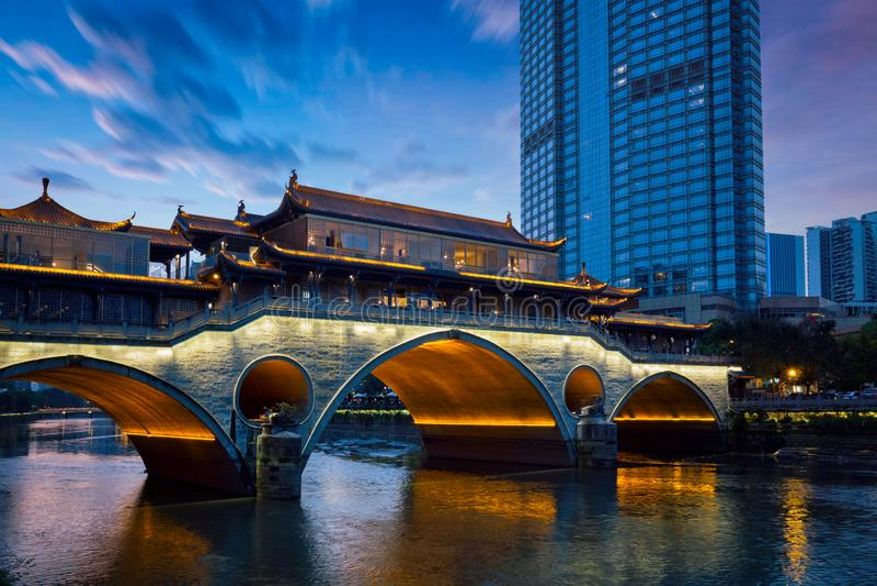 Puente en la noche, Chengdu, China de Anshun imagenes de archivo