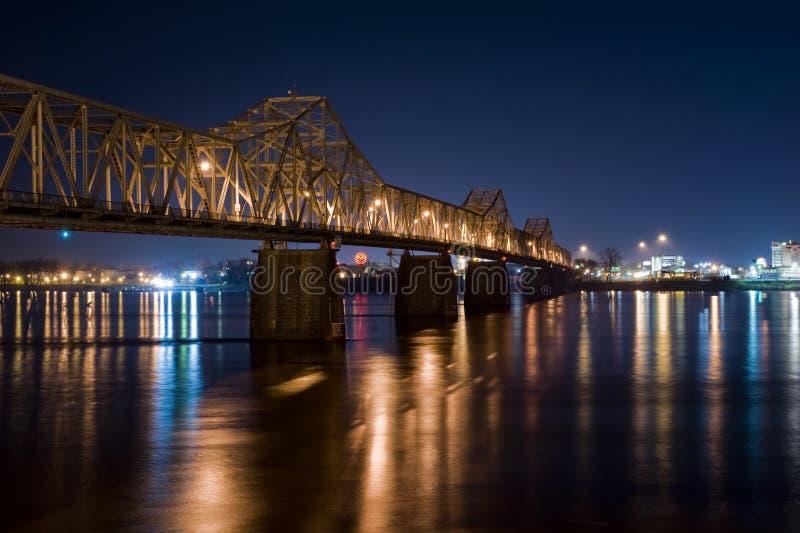 Puente en la noche Louisville Kentucky fotos de archivo
