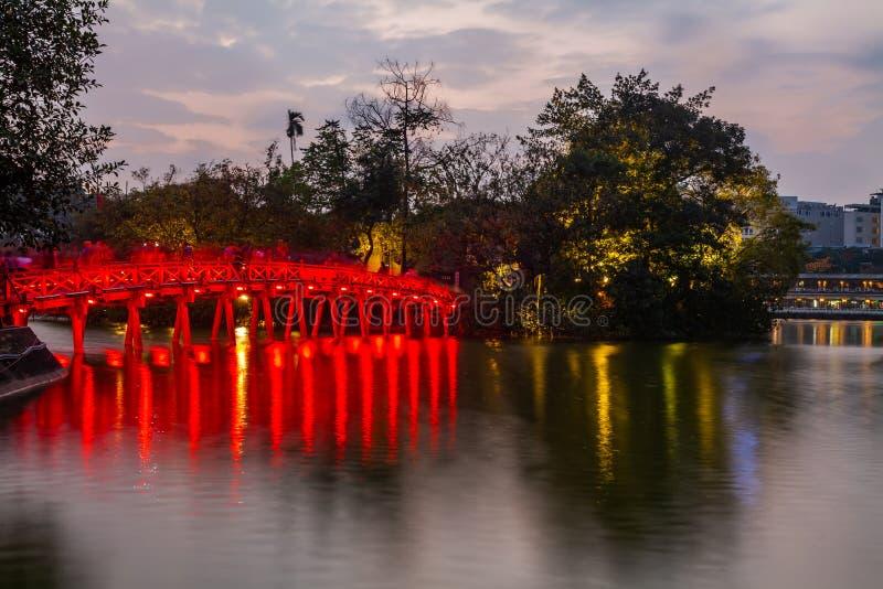 Puente en la noche, Vietnam del lago y de Huc hanoi Hoan Kiem foto de archivo