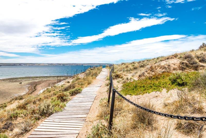 Puente en la playa de Puerto Madryn, el sol, las ondas y la arena, día hermoso foto de archivo