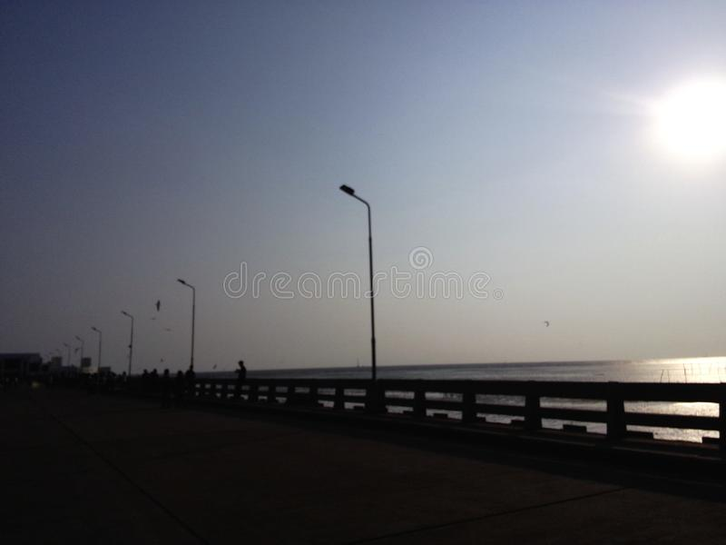 Puente en la puesta del sol foto de archivo