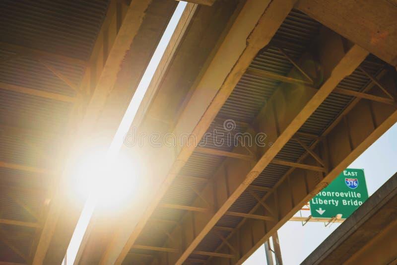 Puente en la puesta del sol en Pittsburgh fotografía de archivo libre de regalías