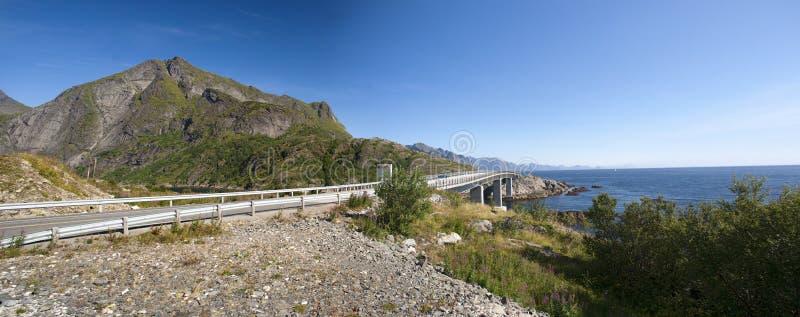 Puente en las islas de Lofoten, foto panorámica foto de archivo libre de regalías