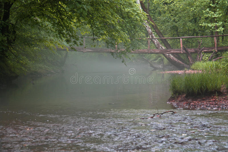 Puente en niebla de la mañana fotos de archivo libres de regalías