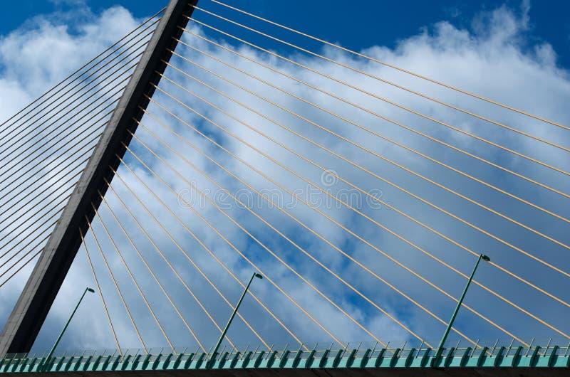 Puente en Normandía, Francia, detalles del puente, líneas, fragmento del puente con el fondo del cielo azul de la nube, arquitectu imagenes de archivo