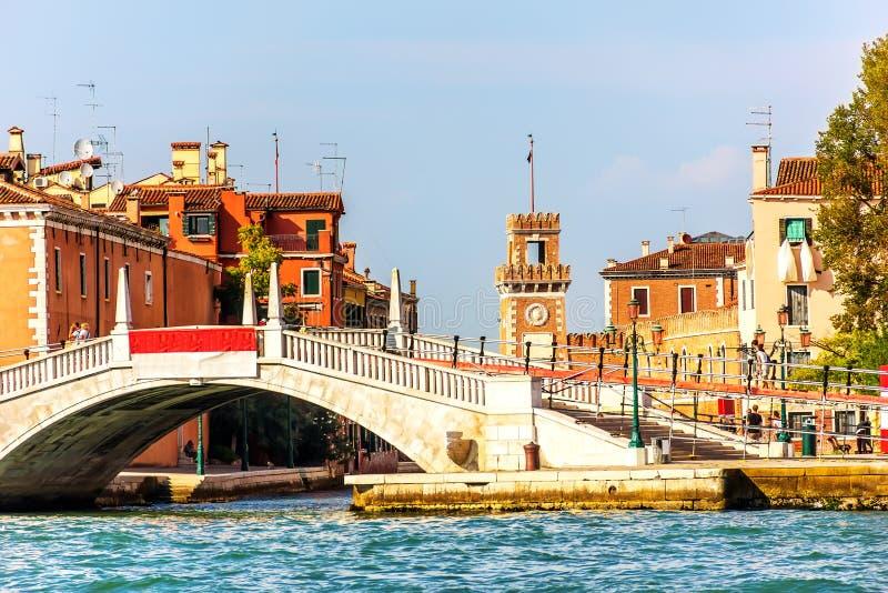 Puente en Riva San Biasio en Venecia cerca del arsenal veneciano imagenes de archivo