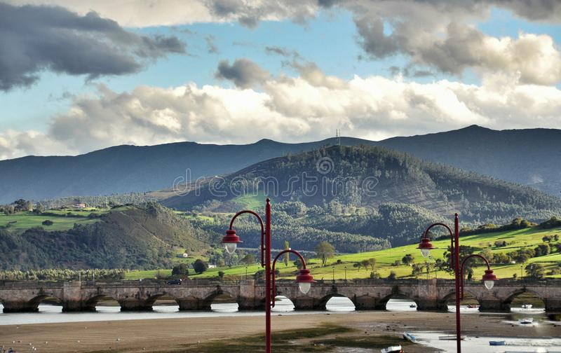 Puente en San Vicente de la Barquera foto de archivo libre de regalías