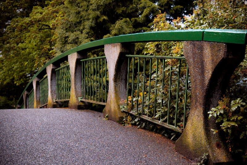 Puente en un parque en Victoria Suburbs, Canadá fotografía de archivo