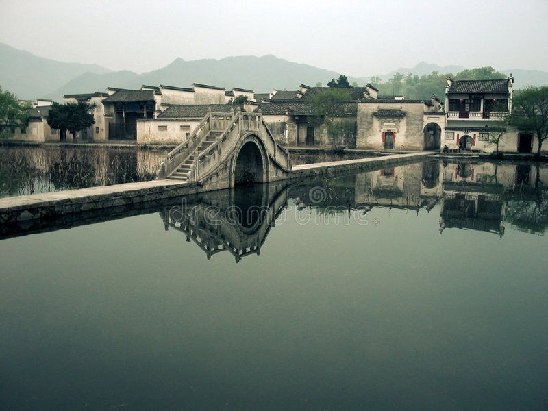 Puente en una aldea china imagenes de archivo