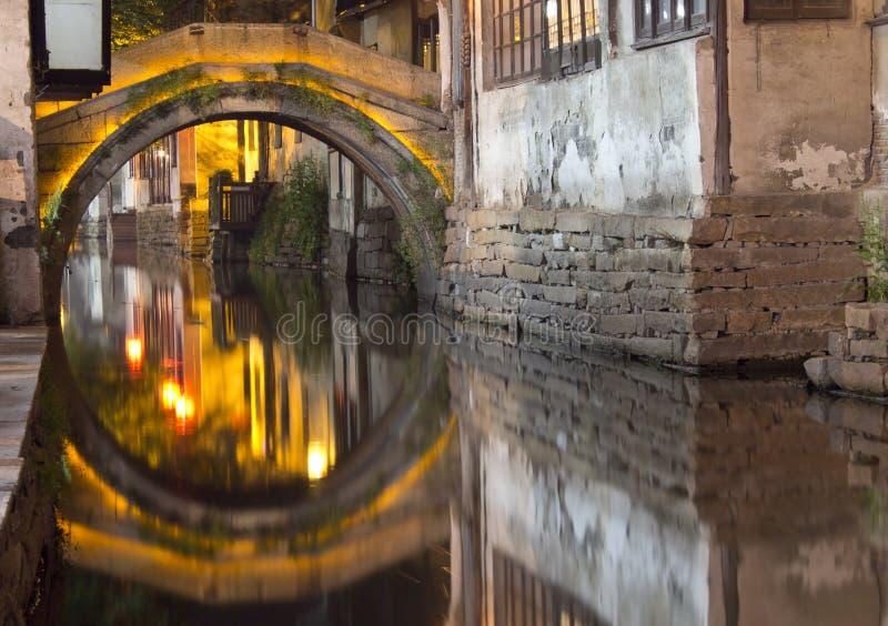 Puente en Zhouzhuang, China en la noche. fotos de archivo