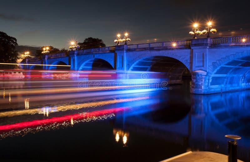 Puente encendido inundación en la noche con huelgas largas de la luz de la exposición fotografía de archivo