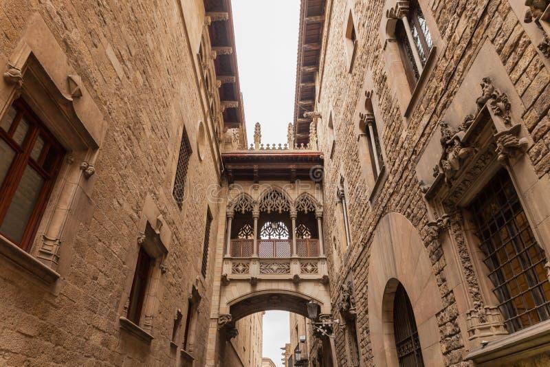 Puente entre los edificios en Barcelona fotos de archivo libres de regalías