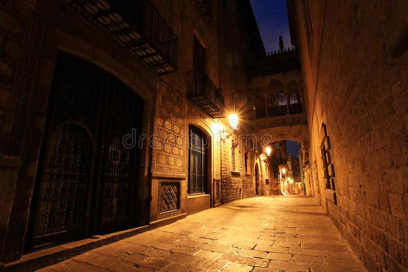 Puente entre los edificios en Barri Gotic Quarter, Barcelona foto de archivo