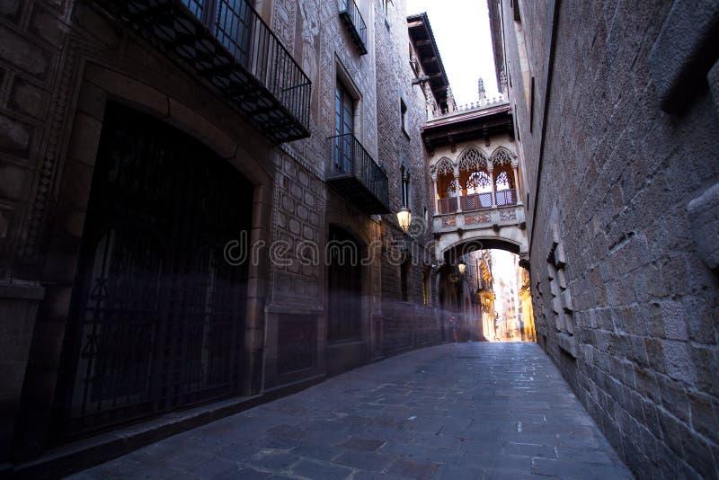 Puente entre los edificios en Barri Gotic Quarter, Barcelona fotografía de archivo libre de regalías