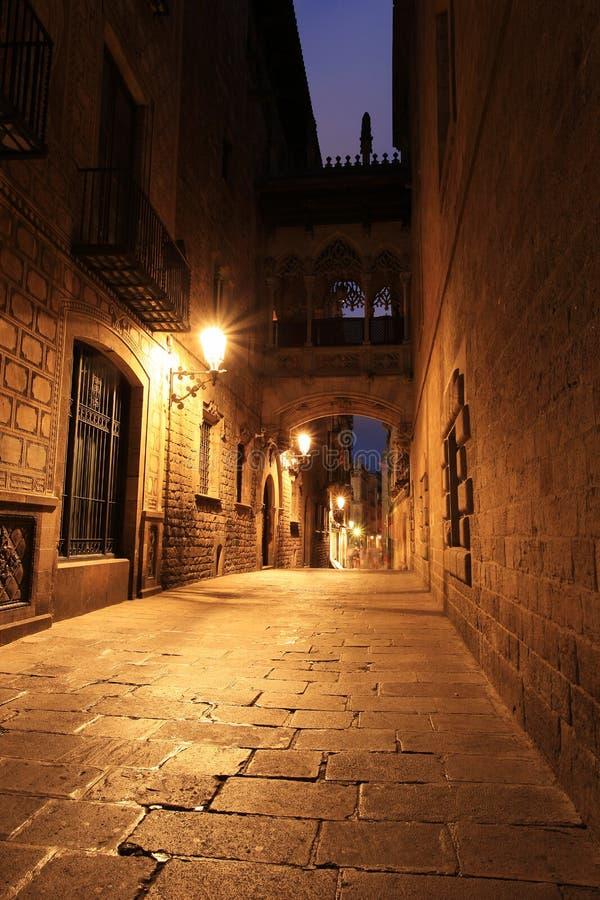 Puente entre los edificios en Barri Gotic Quarter, Barcelona foto de archivo libre de regalías