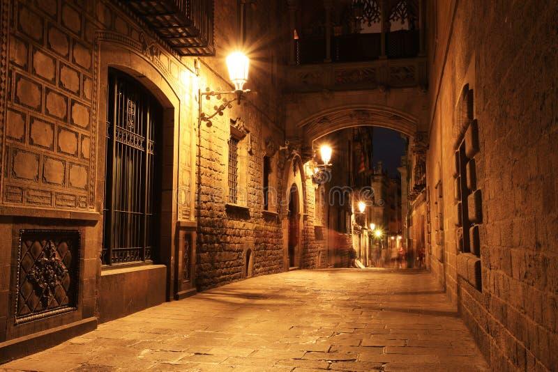 Puente entre los edificios en Barri Gotic Quarter, Barcelona imágenes de archivo libres de regalías