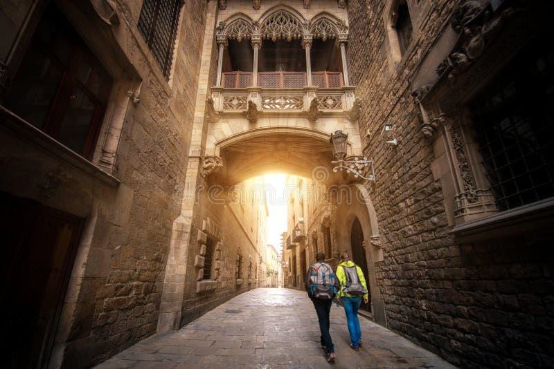 Puente entre los edificios en el cuarto de Barri Gotic de Barcelona foto de archivo