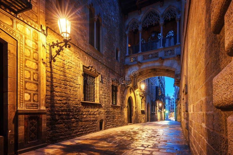 Puente entre los edificios en el cuarto de Barri Gotic de Barcelona foto de archivo libre de regalías