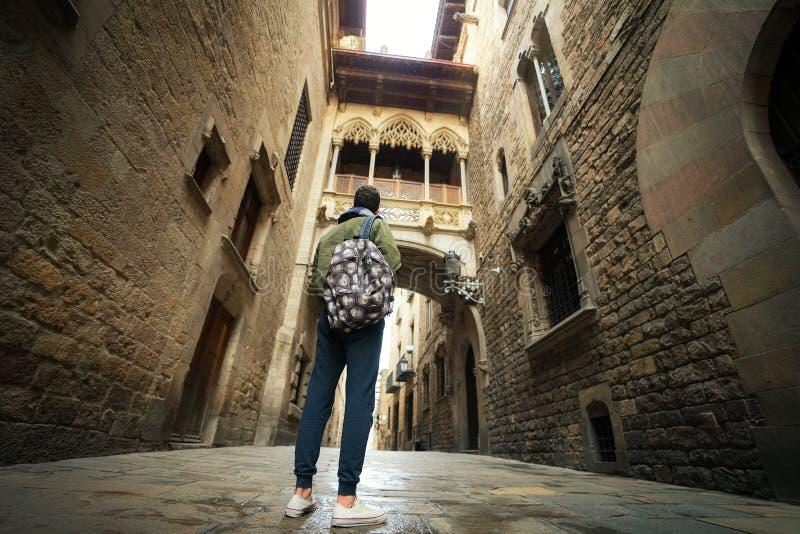 Puente entre los edificios en el cuarto de Barri Gotic de Barcelona fotos de archivo libres de regalías