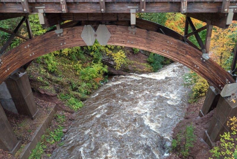 Puente escénico en Eagle River Falls en otoño foto de archivo