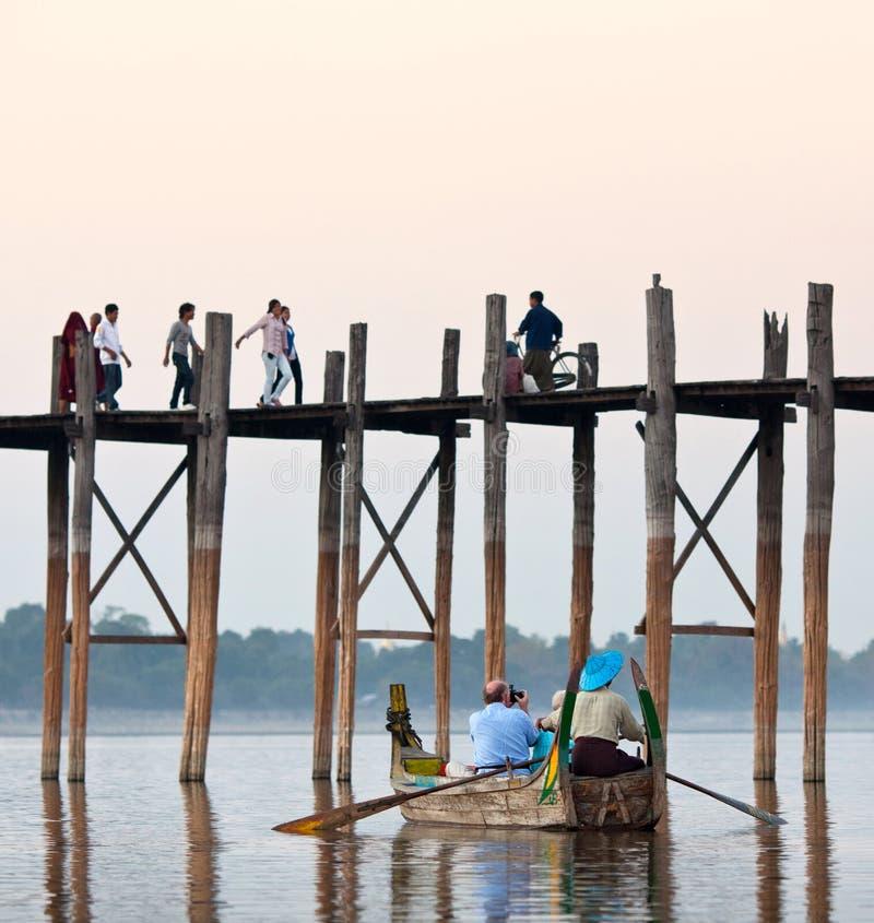 Puente famoso de la teca de U Bein en el lago Taungthaman en Mandalay Divisi imagenes de archivo