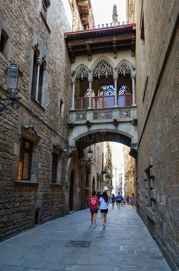 Puente famoso de los dels Sospirs de Pont de los suspiros en el cuarto gótico, Barcelona, España foto de archivo
