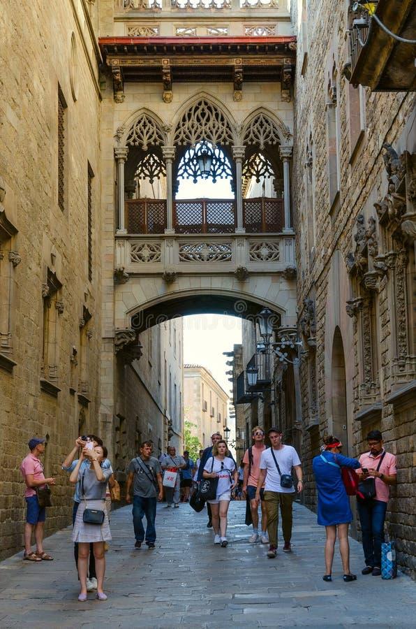 Puente famoso de los dels Sospirs de Pont de los suspiros en el cuarto gótico, Barcelona, España foto de archivo libre de regalías