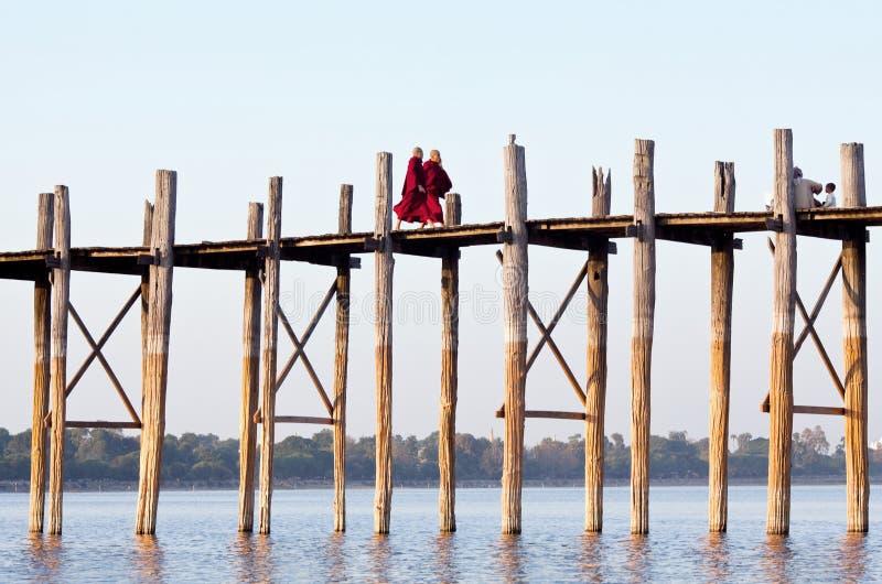 Puente famoso en Amarapura, Myanmar de la teca de U Bein foto de archivo