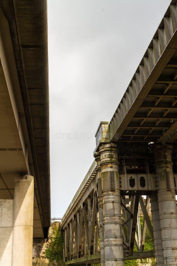 Puente ferroviario de Chepstow y puente moderno del camino sobre la horqueta del río foto de archivo libre de regalías