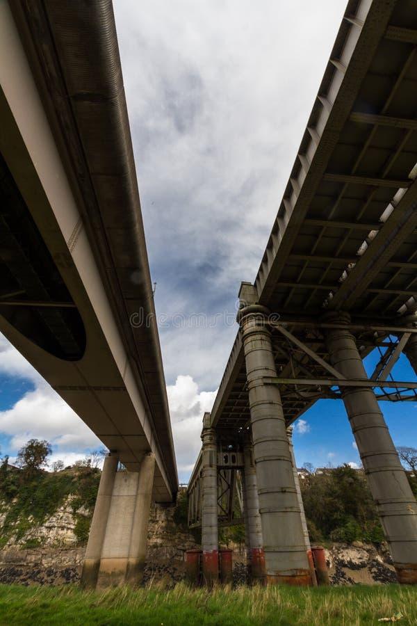 Puente ferroviario de Chepstow y puente moderno del camino sobre la horqueta del río fotografía de archivo libre de regalías
