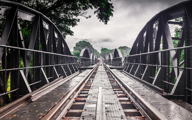 Puente ferroviario de la historia de la guerra mundial, río Kwai, Tailandia del metal imágenes de archivo libres de regalías